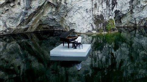 Así interpreta su obra este pianista ruso: flotando en un lago