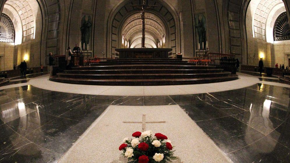 Foto: Imagen de archivo del 3 de diciembre de 2011 de la sepultura de Francisco Franco en el interior de la Basílica de la Santa Cruz del Valle de Los Caídos. (EFE)