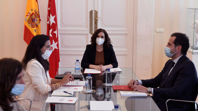 La presidenta de la Comunidad de Madrid, Isabel Díaz Ayuso (c), y el vicepresidente, Ignacio Aguado, y la portavoz del grupo parlamentario de Vox en la Asamblea de Madrid, Rocío Monasterio. (EFE)