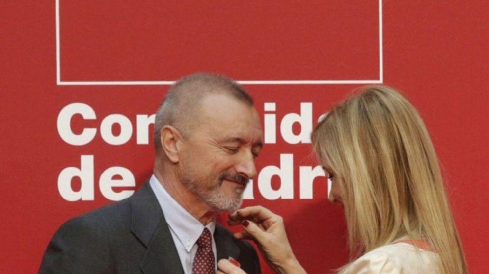 Foto: El escritor Arturo Pérez-Reverte en el momento en el que Cifuentes le coloca la Medalla de Plata de la CAM. (Efe)