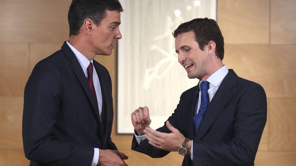 Foto: El presidente del Gobierno en funciones, Pedro Sánchez (i), y el líder del PP, Pablo Casado (d), durante una ronda de consultas. (EFE)