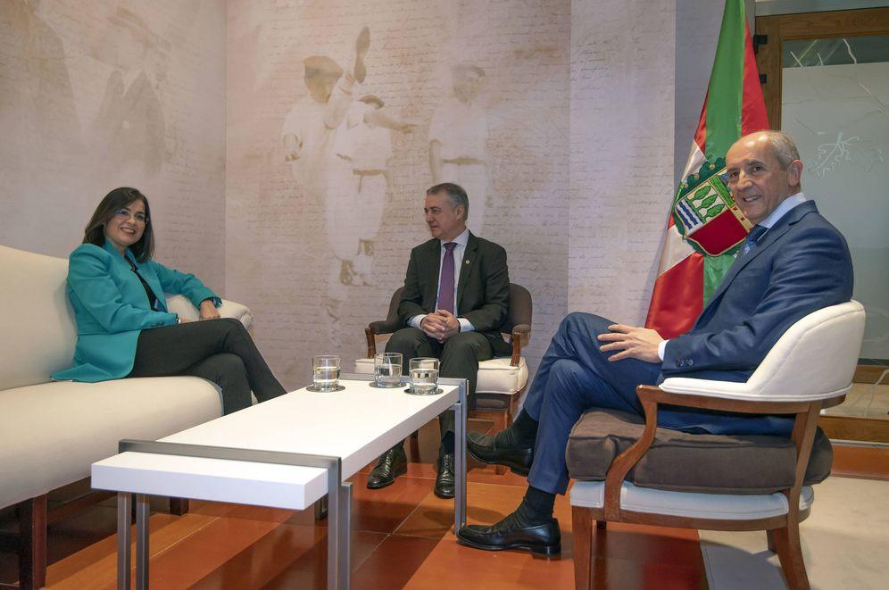 Foto: Iñigo Urkullu, Carolina Darias y Josu Erkoreka, este jueves en Lehendakaritza en los momentos previos a la reunión para abordar el traspaso de competencias al País Vasco. (Irekia)