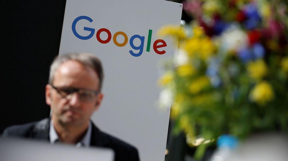 Foto: Un hombre pasa por delante de un cartel de Google. (Reuters)