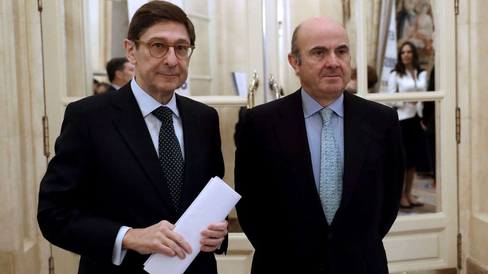 Foto: El ministro de Economía, Industria y Competitividad, Luis de Guindos, junto al presidente de Bankia, José Ignacio Goirigolzarri. (EFE)