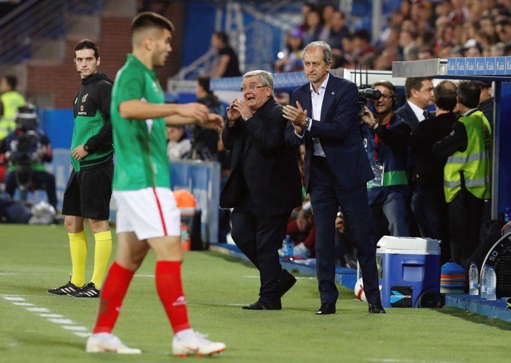 Foto: El entrenador José María Amorrortu (d) aplaude a sus jugadores durante el partido entre la selección vasca y Venezuela el 12 de octubre en Mendizorroza. (EFE)