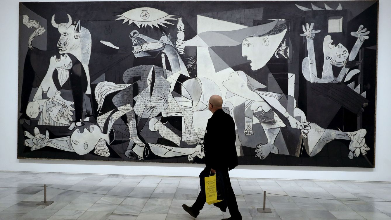 Foto: Un visitante pasa frente al 'Guernica' en el Museo Reina Sofía de Madrid.