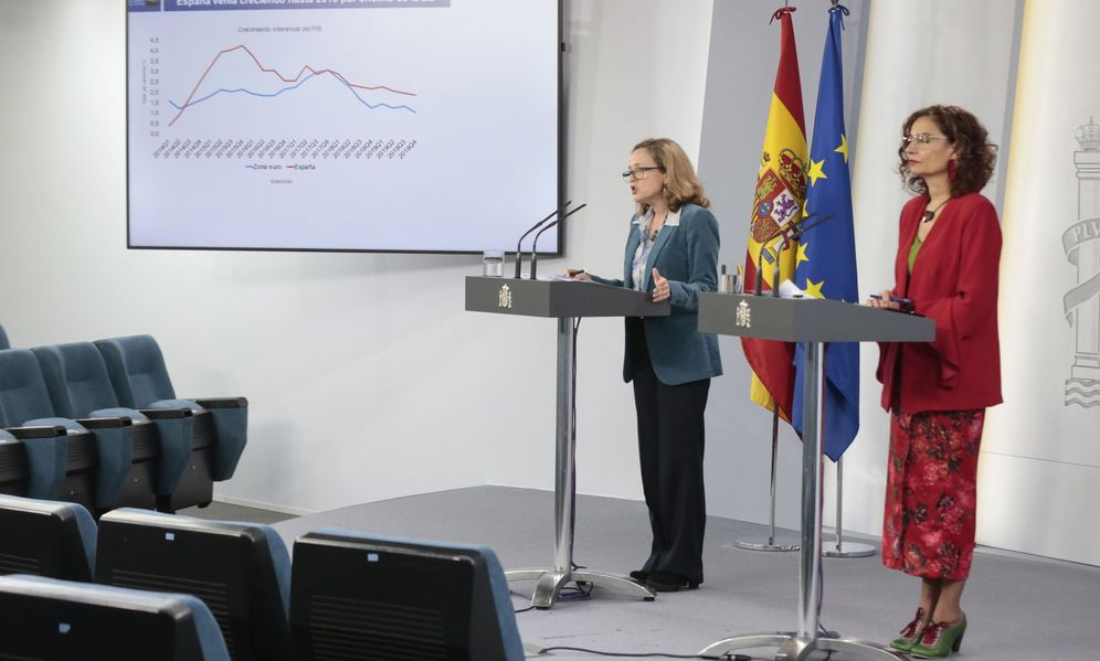 Foto: Rueda de prensa ofrecida por la vicepresidenta de Asuntos Económicos, Nadia Calviño, y la ministra de Hacienda, María Jesús Montero. (EFE)