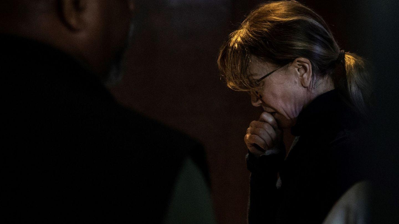 Felicity Huffman espera en un pasillo en el Tribunal Federal de Justicia de Los Ángeles. (EFE)