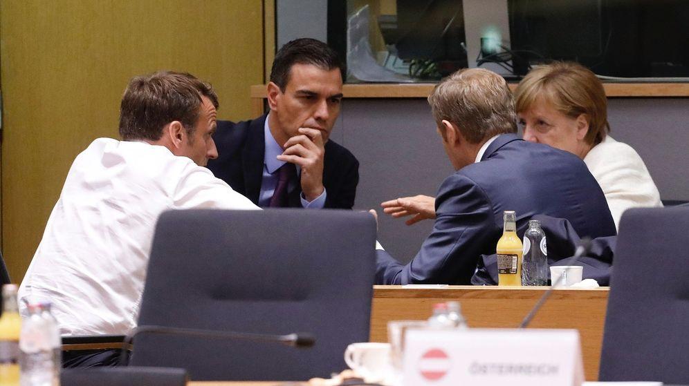 Foto: Pedro Sánchez, Emmanuel Macron, Angela Merkel y Donald Tusk discuten durante el último Consejo Europeo. (EFE)