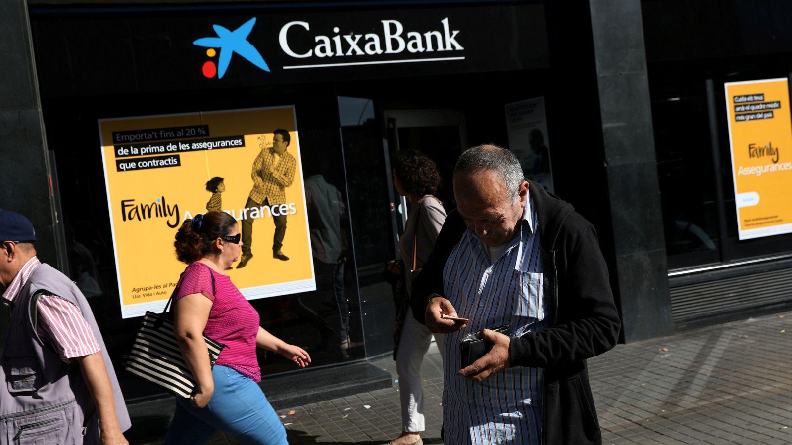 Foto: Una oficina de Caixabank. (Reuters)