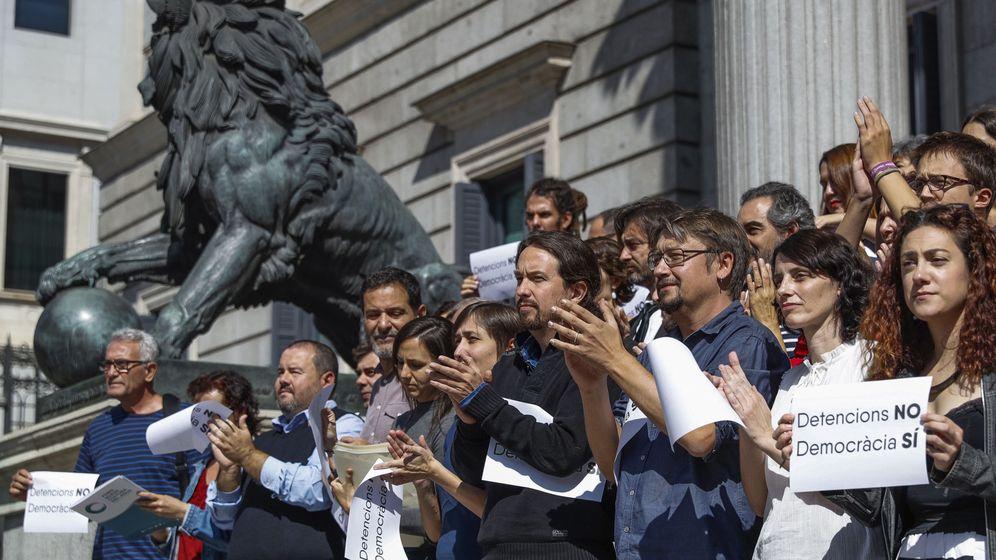 Foto: El grupo confederal de Unidos Podemos se concentró este miércoles a las puertas del Congreso para protestar contra las detenciones de los organizadores del 1-O. (EFE)