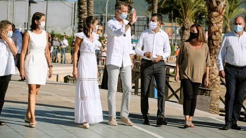 Felipe VI luce en Ibiza las zapatillas españolas que más triunfan este verano