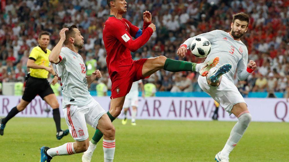 Foto: Piqué, frente a Cristiano Ronaldo, el pasado viernes. (EFE)