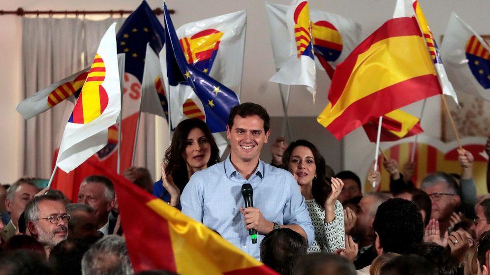 Foto: El líder de Ciudadanos, Albert Rivera, arropado por las portavoces del Congreso y el Parlament, Inés Arrimadas y Lorena Roldán (i). (EFE)