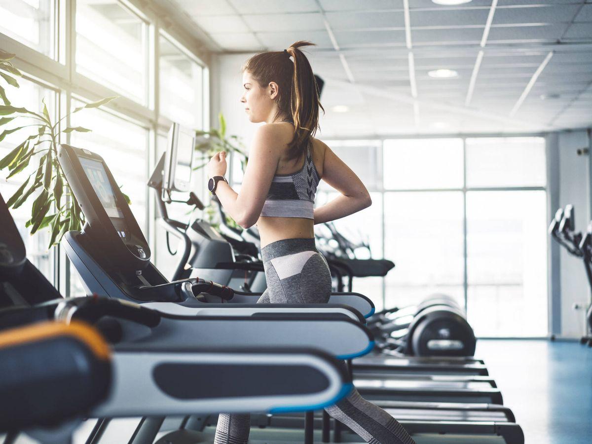 Foto: La cinta de correr es una de las máquinas más populares en un gimnasio (iStock)