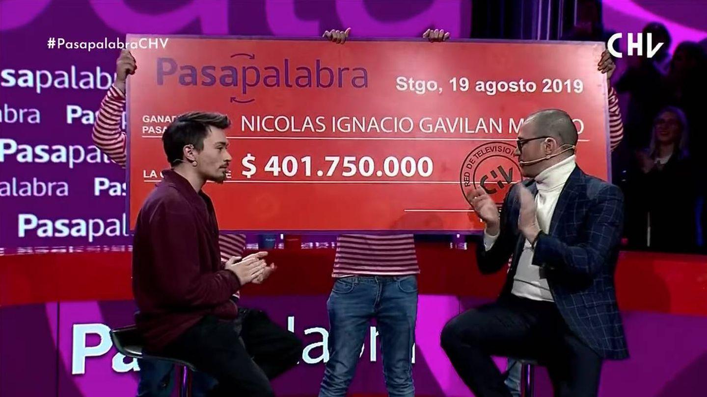 Cheque simbólico que 'Pasapalabra' ha entregado a Nicolás Gavilán. (Chilevisión)