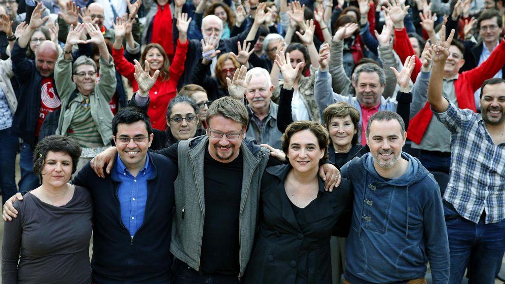 Foto: La alcaldesa de Barcelona Ada Colau (c), junto a Xavier Domenech (3i), cabeza de lista de En Comú Podem, durante el acto de celebración de un año de gobierno en el Ayuntamiento. (EFE)