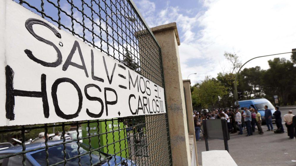 Foto: Entrada del Hospital Carlos III de Madrid. (Efe)