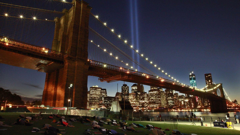 Neoyorquinos participan en una sesión de yoga bajo el Puente de Brooklyn (Reuters).