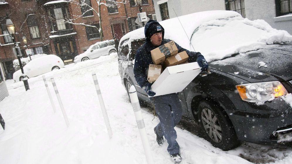 Foto: Un trabajador de US Postal, durante el reparto en un día complicado (Reuters/Dominick Reuter)