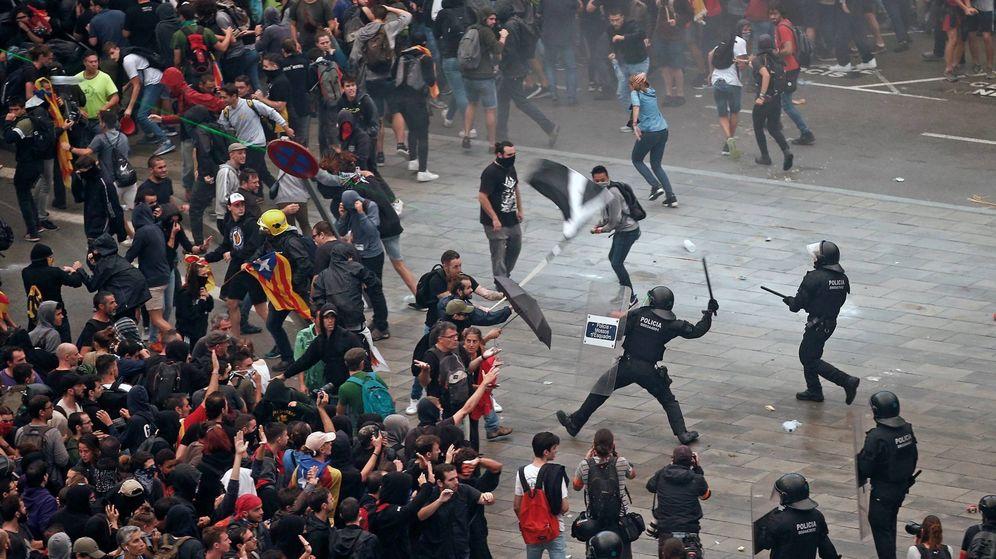 Foto: Centenares de independentistas trataron de paralizar el Aeropuerto de El Prat (EFE/Quique García)