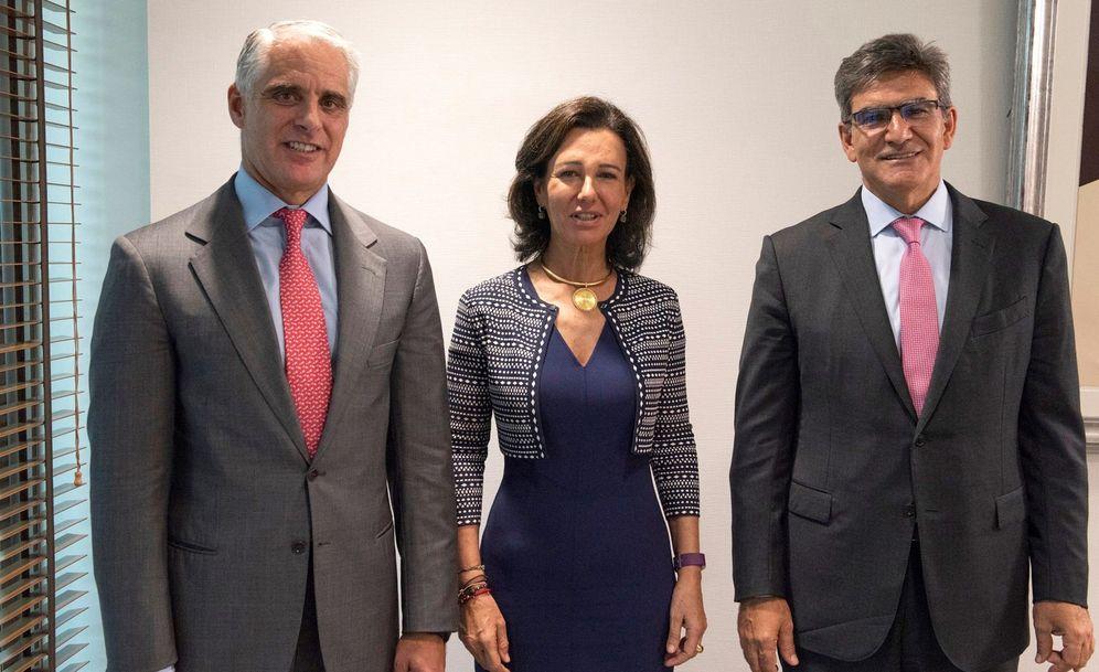Foto: Andrea Orcel (i), junto con Ana Botín y el antiguo consejero delegado, José Antonio Álvarez (d).