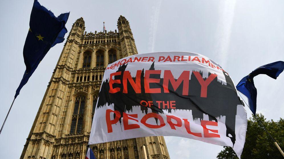 Foto: Una pancarta de protesta en el Parlamento británico. (EFE)