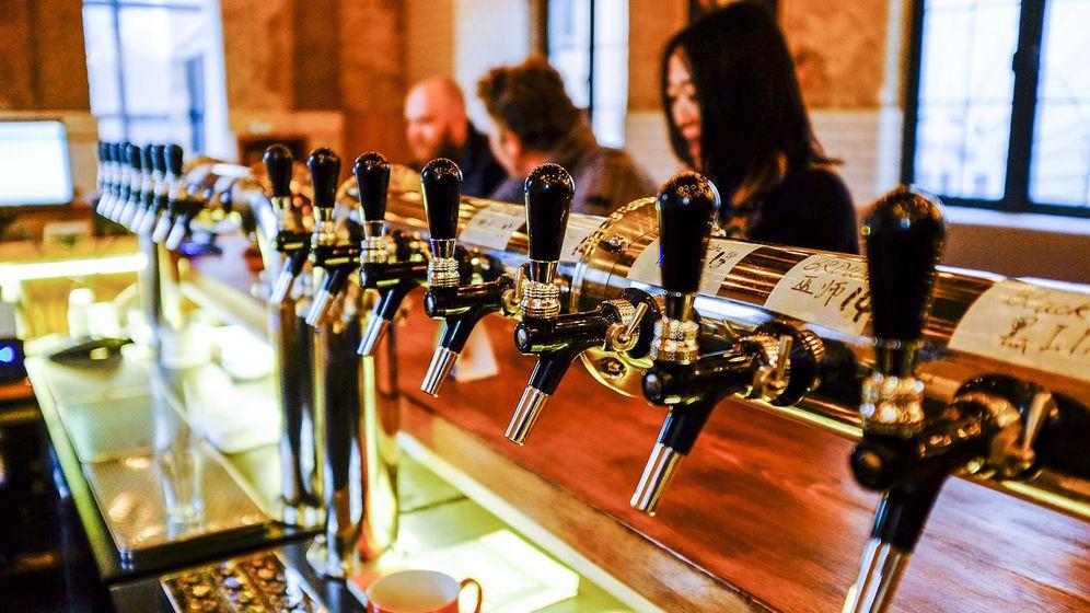 Foto: Grifos de cerveza artesanal en un bar de China. (EFE)