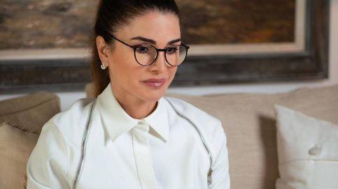 Coleta, gafas y una original camisa con cremalleras: el look working de Rania de Jordania