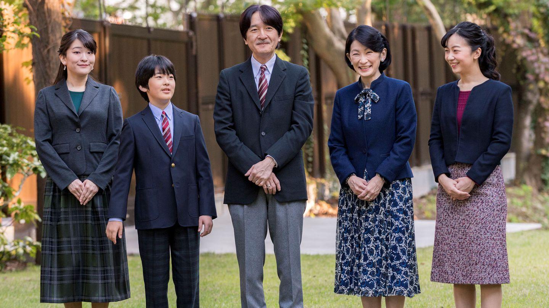 El príncipe Akishino y la princesa Kiko junto a sus hijos, Kako, Mako e Hisahito. (Reuters)