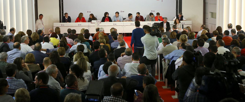 Foto: El comité federal del PSOE de este domingo en Ferraz. En primera fila, la mesa presidida por Pepe Blanco, y al fondo, la gestora, encabezada por Javier Fernández. (Reuters)