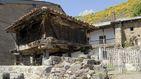 Muere una mujer al caerle un hórreo cuando tendía la ropa en Asturias
