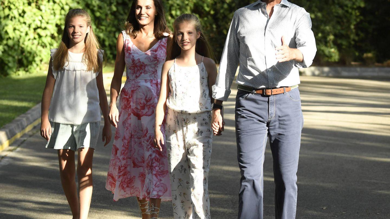 Los reyes y sus hijas aparecen para realizar el posado veraniego en Marivent. (Limited Pictures)