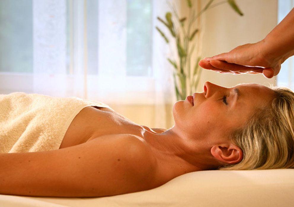 Foto: Una persona recibe un masaje 'reiki'