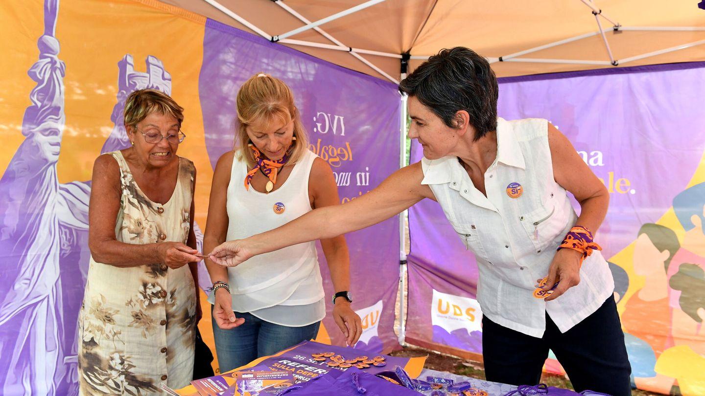 Mujeres votando durante el referéndum de este domingo en San Marino. (Reuters)