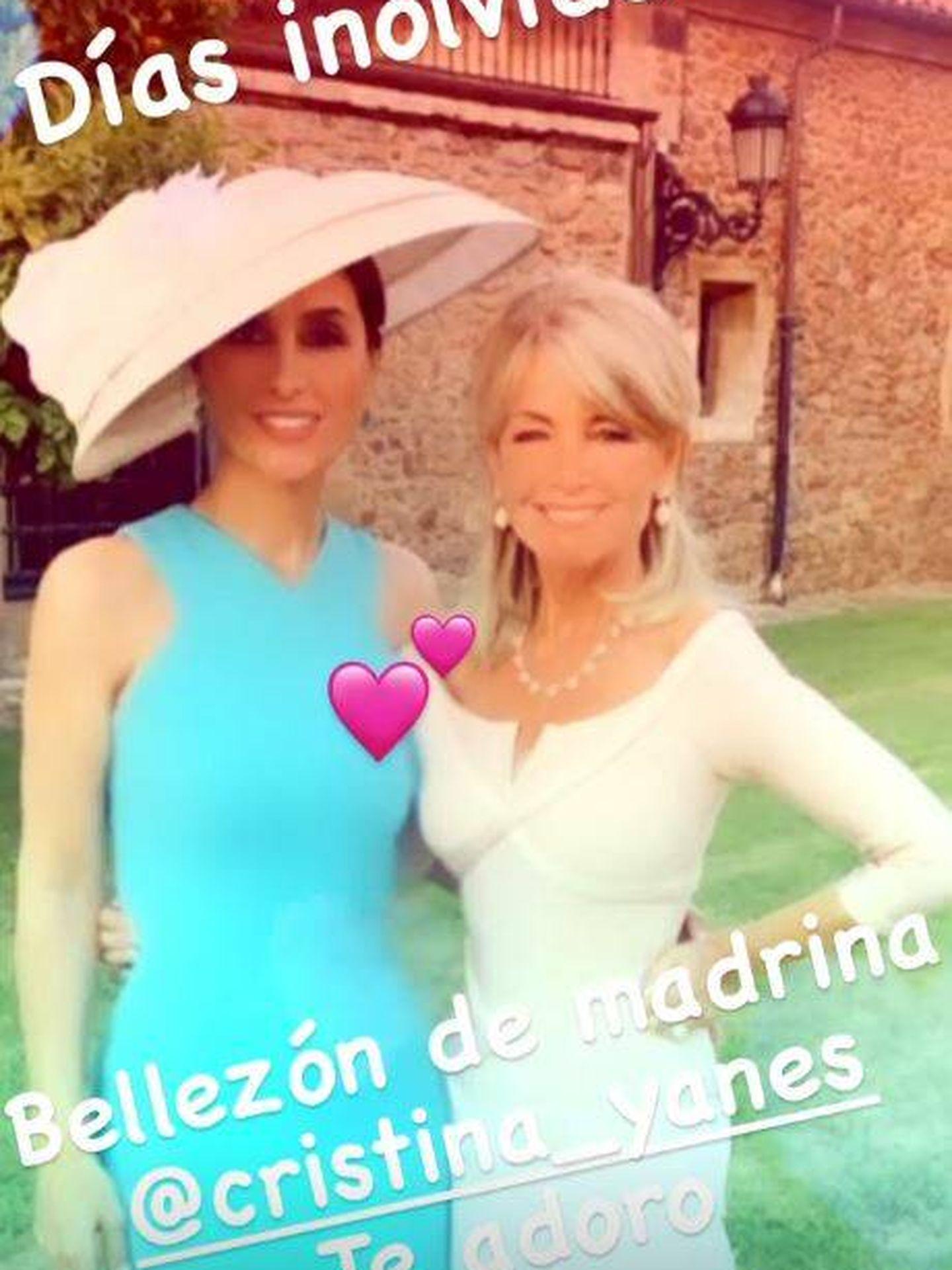 Paloma Cuevas posa junto a Cristina Yanes, madrina de la boda. (Redes)