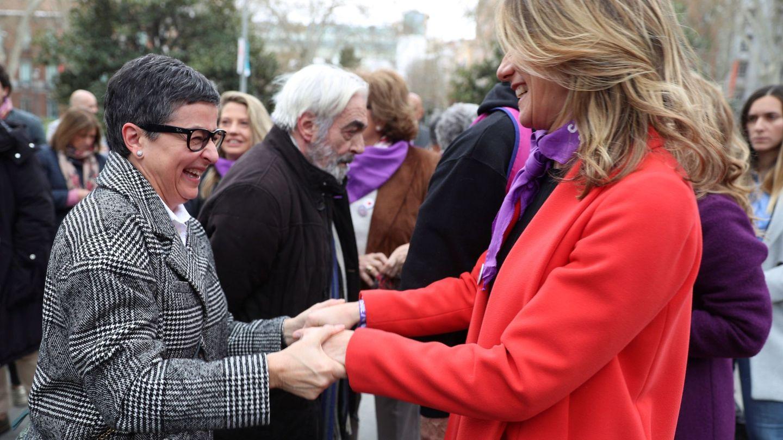 Begoña Gómez saluda a la ministra de Asuntos Exteriores, Arancha González Laya, en la manifestación por el Día de la Mujer. (EFE)