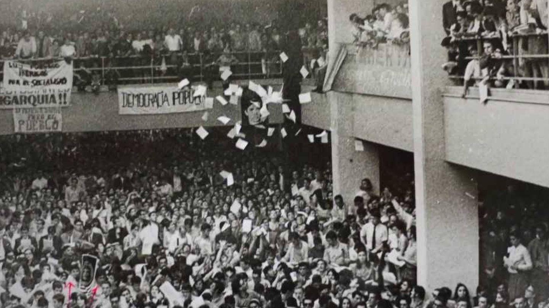 La facultad de Económicas de la Complutense de Madrid (hoy Geografía e Historia) durante el concierto de Raimon el 18 de mayo de 1968.