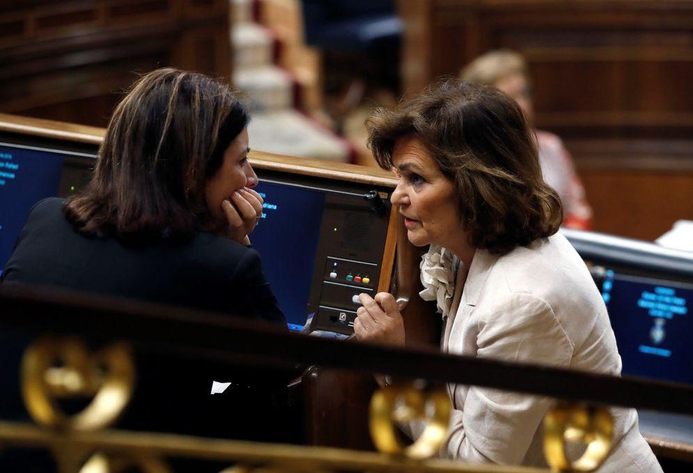 Foto: Carmen Calvo conversa con la portavoz socialista, Adriana Lastra, este 23 de julio en el pleno del Congreso. (EFE)