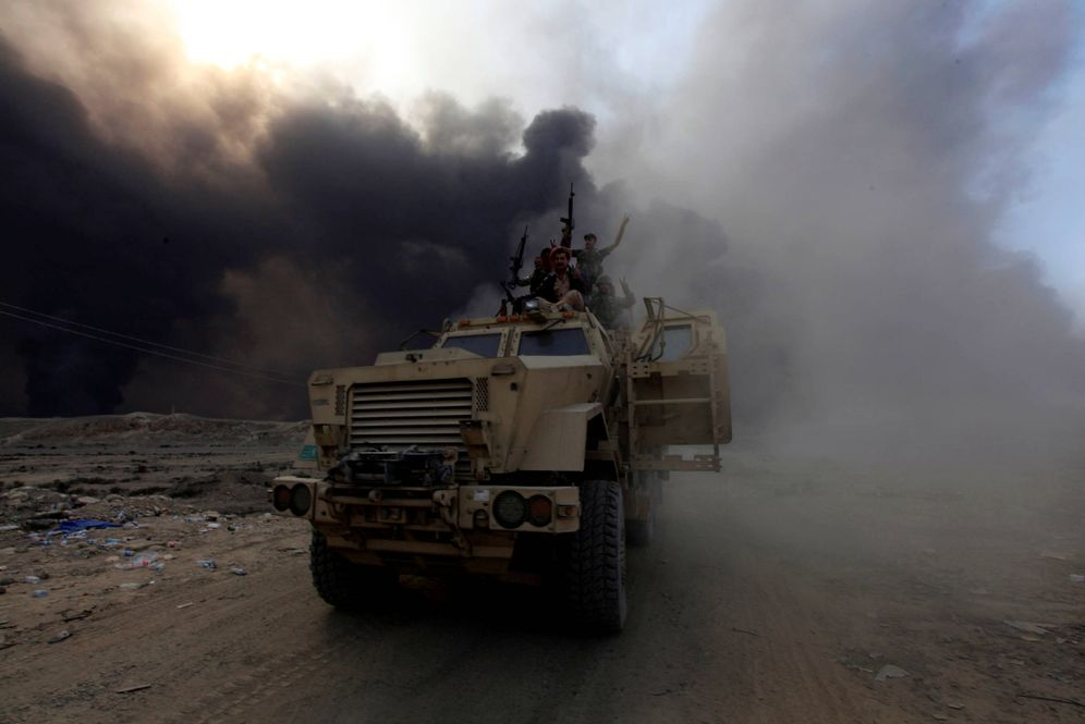 Foto: Vehículos del ejército iraquí avanzan en Al Qayara durante la operación de Mosul, el 19 de octubre de 2016 (Reuters)
