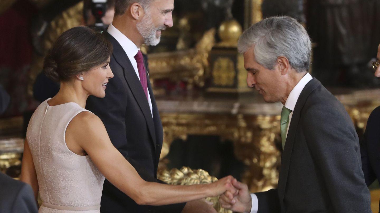 Los reyes Felipe VI y Letizia saludan a Adolfo Súarez Illana. (EFE)