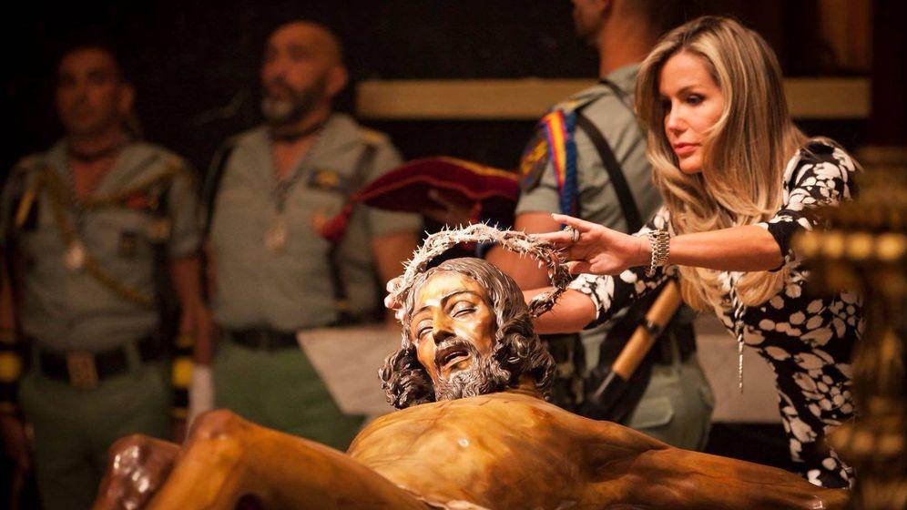 Foto: Raquel Bernal, imponiendo la corona de espinas. (VA)