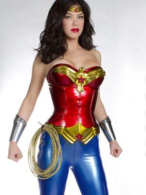 Wonder Woman no se recatará: NBC confirma que seguirá utilizando pantalones cortos