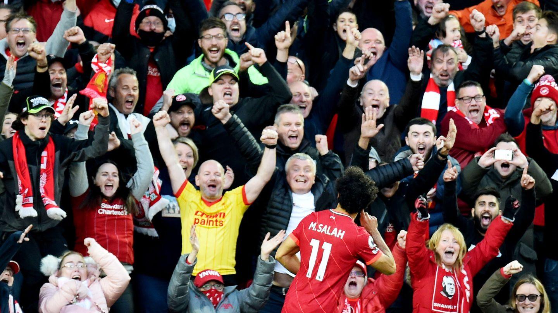 Los aficionados del Liverpool celebran en Anfield el gol de Salah. (Reuters)