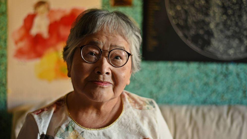 Foto: Takako Gokan, en el salón de su domicilio de Arroyo de la Miel (Benalmádena), el pasado mes de junio. (Toñi Guerrero)