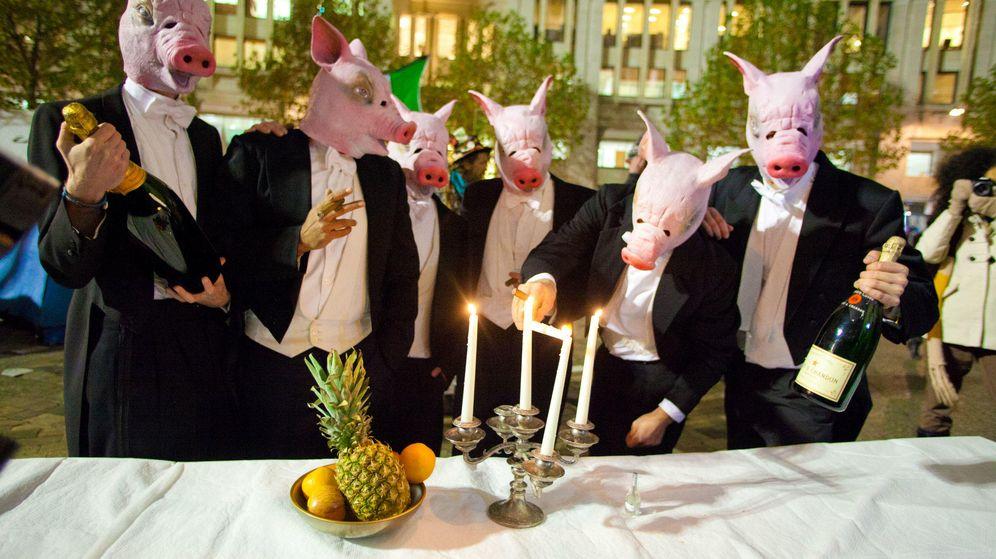 Foto: Un grupo de manifestantes parodia al Bullingdon Club en las calles de Londres. (Corbis)