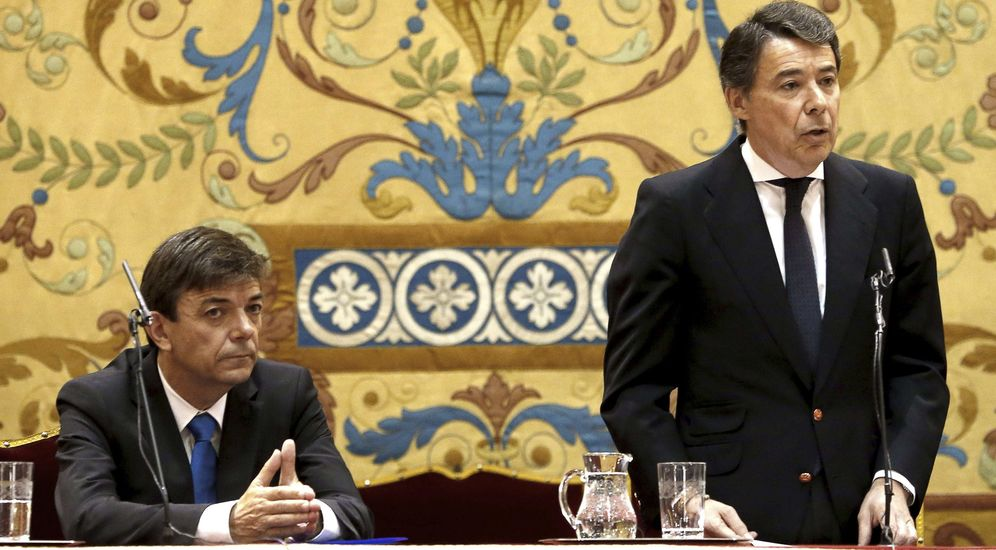 Foto: Ignacio González, todavía presidente de la Comunidad, junto a Carlos Andradas, nuevo rector de la UCM. (Efe)