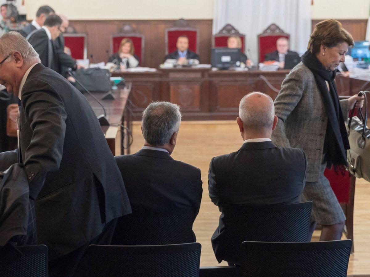 Foto: Chaves y Griñán, de espalda, durante el juicio. (EFE)