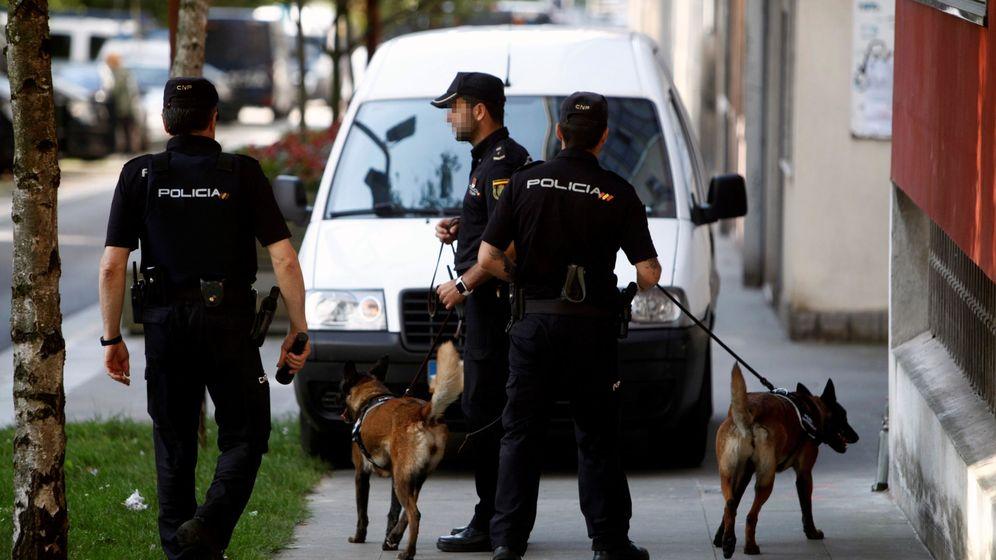 Foto: Tres miembros de la Policía Nacional. (Efe)