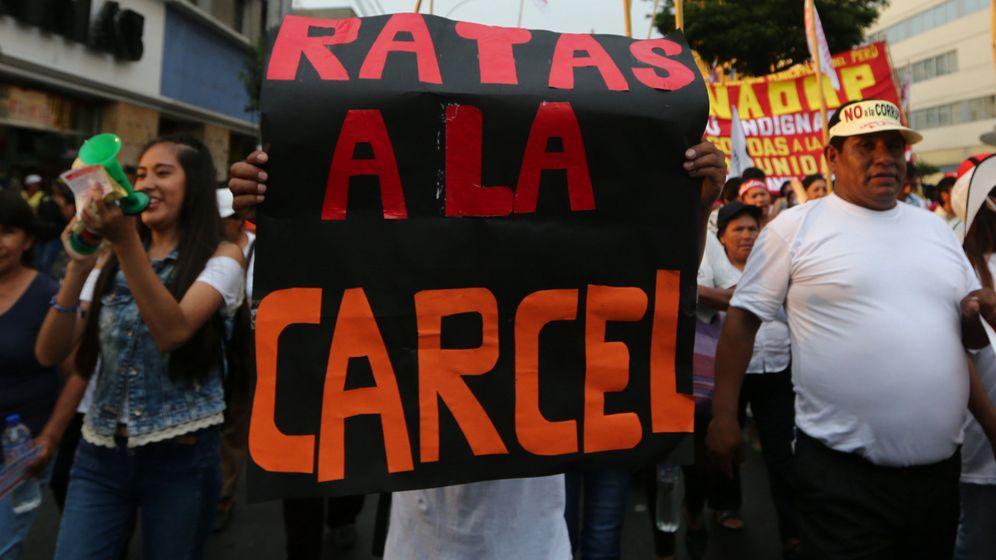 Foto: Manifestación contra la corrupción en Lima tras el escándalo Odebrecht, el 16 de febrero de 2017 (EFE)